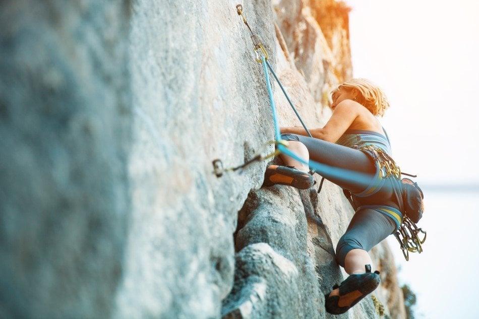 Kvinde der prøver kræfter med klatring