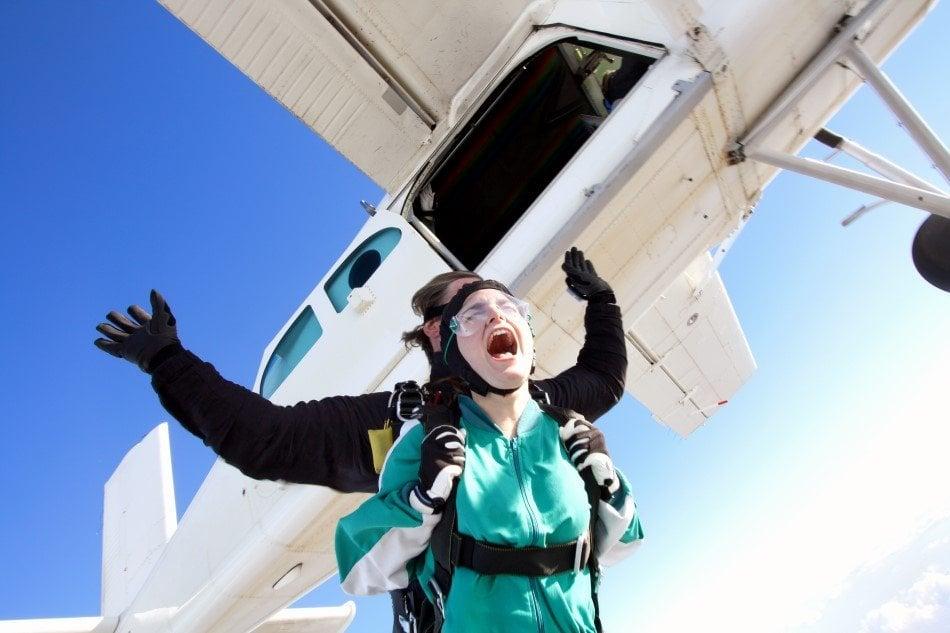 Kvinde der prøver et tandemspring med en instruktør